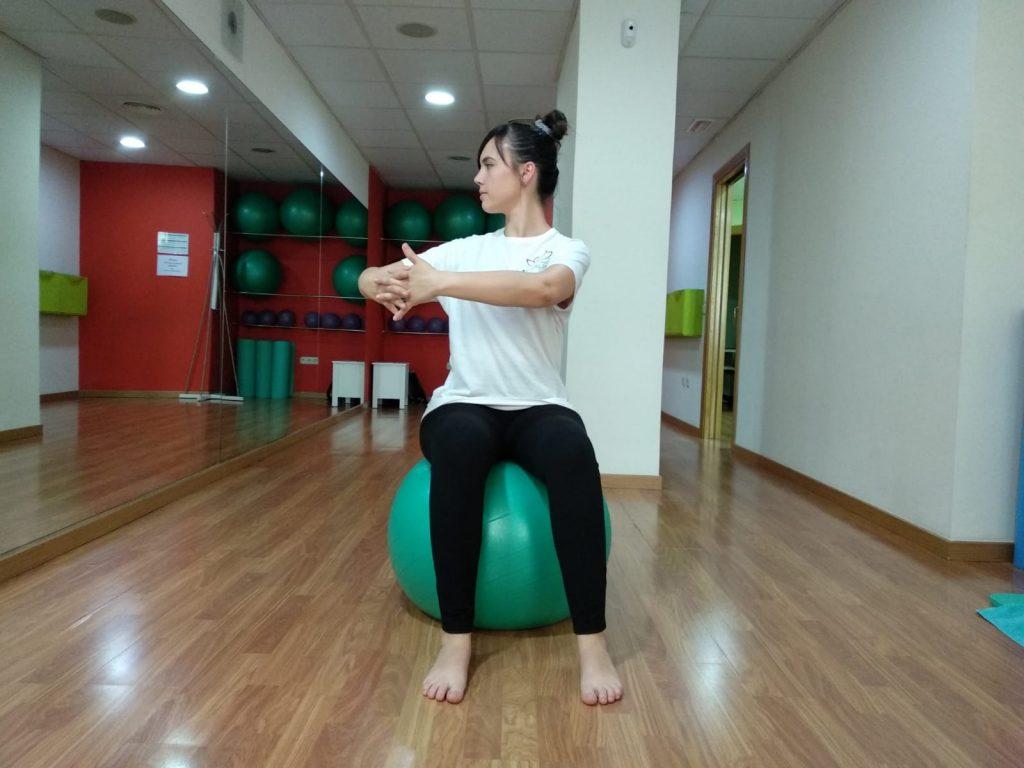 Rotación de tronco hacia el otro lado para completar el ejercicio