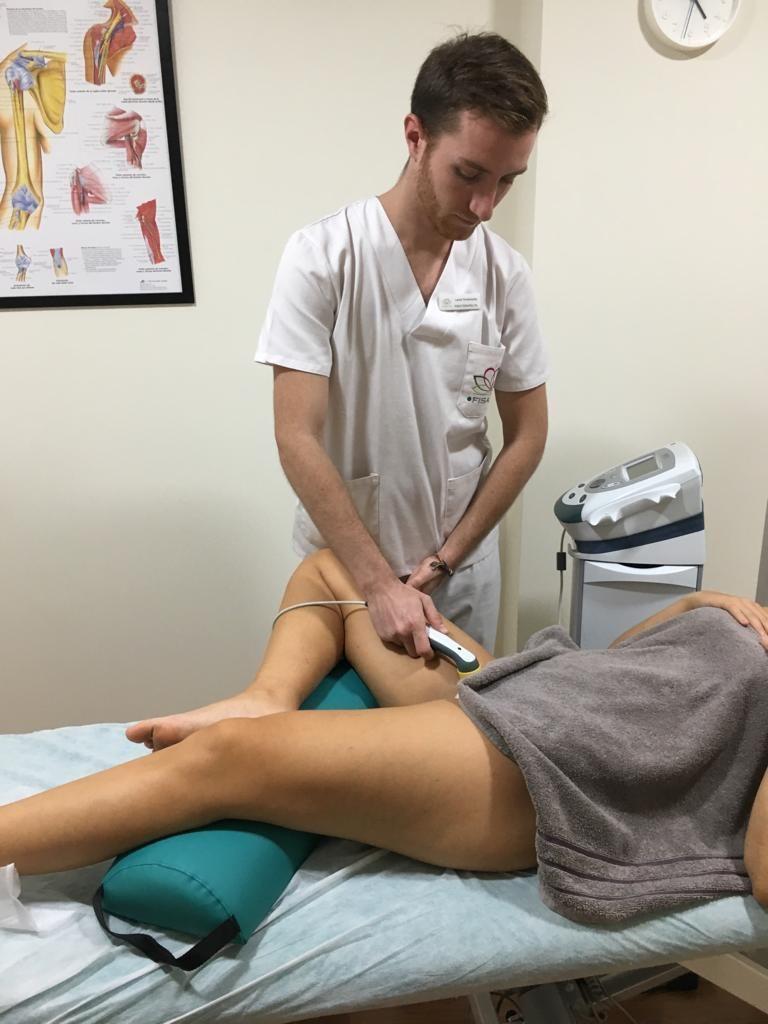 Aplicando eletroterapia para el tratamiento de la pubalgia