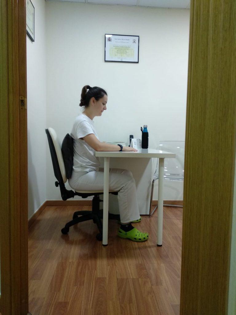 Sentados utilizando una correcta posición de sedestación