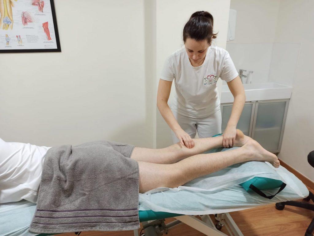 Masaje realizado de forma transversal a las fibras de los músculos