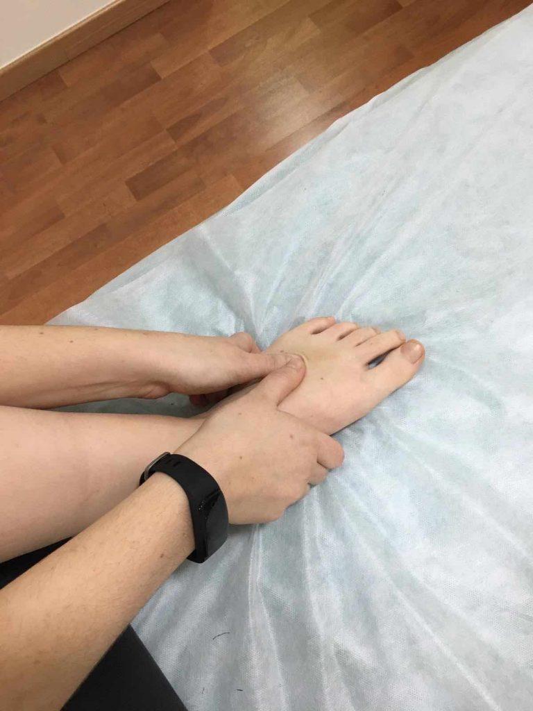 Masaje de los dedos y el empeine del pie