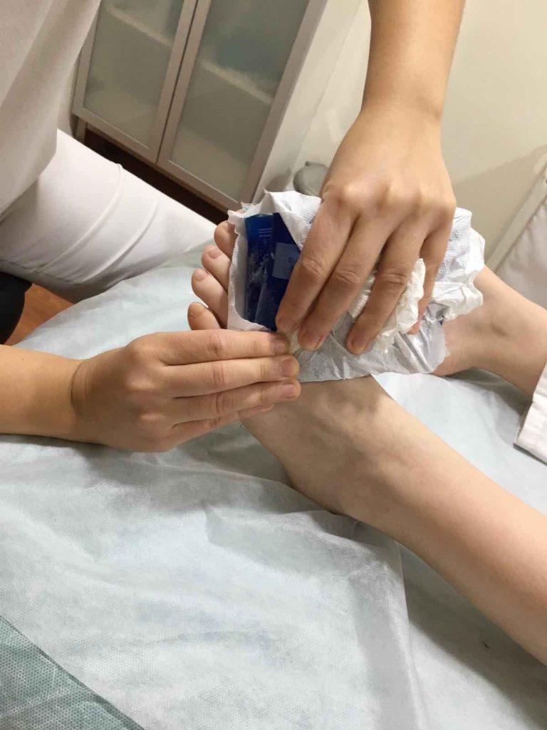 Masaje en el pie utilizando hielo