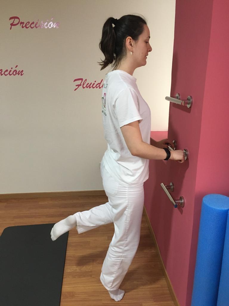 Ejercicios de repetición para fortalecer los músculos de los gemelos, frente a una pared.