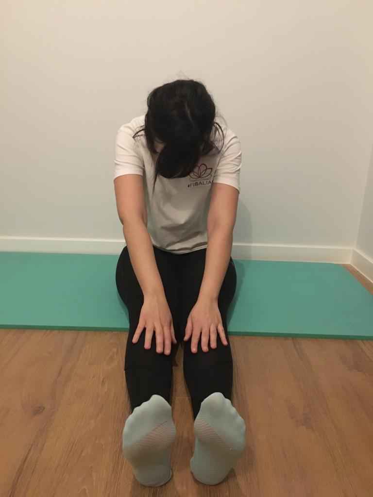 Sentados sobre colchoneta intentamos tocarnos la punta de los pies