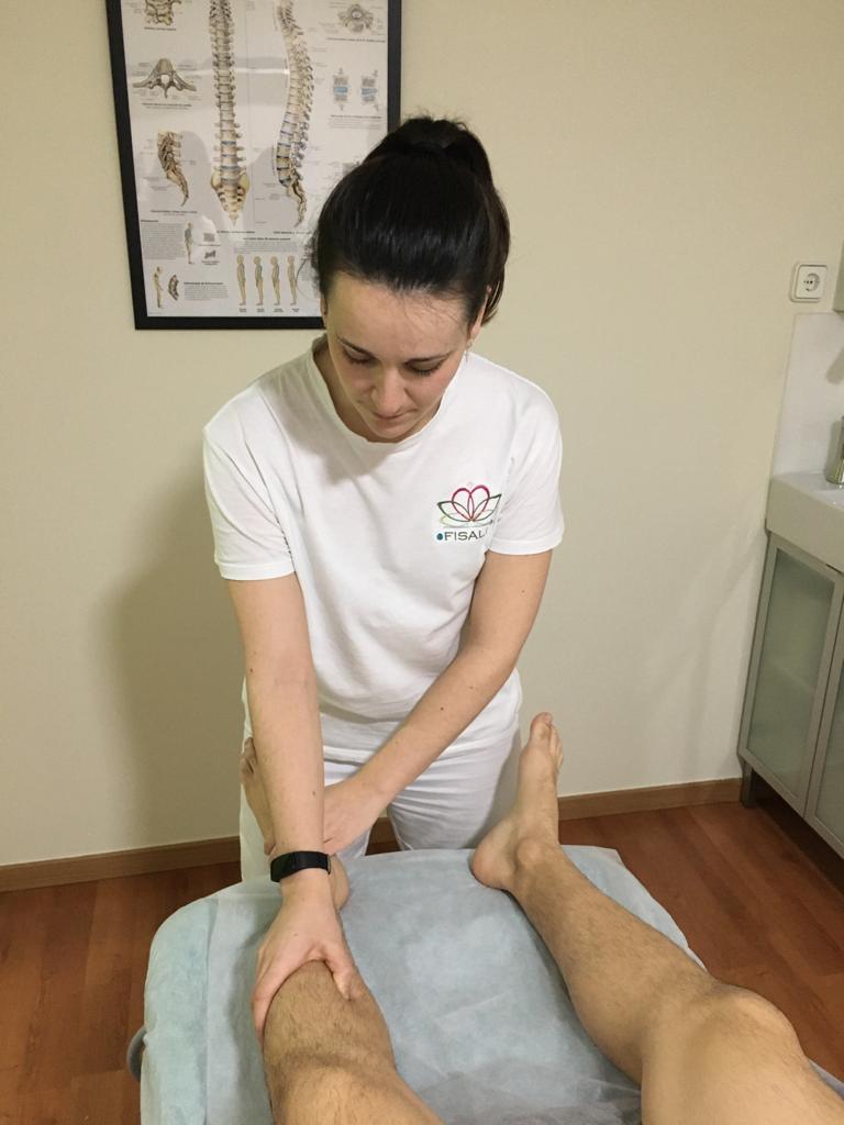 Aplicando terapia manual para relajar tejidos.