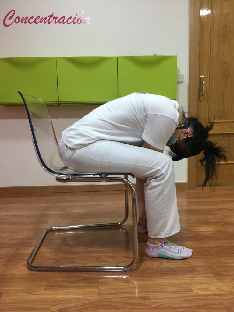 Estiramiento lumbar sentados en una silla
