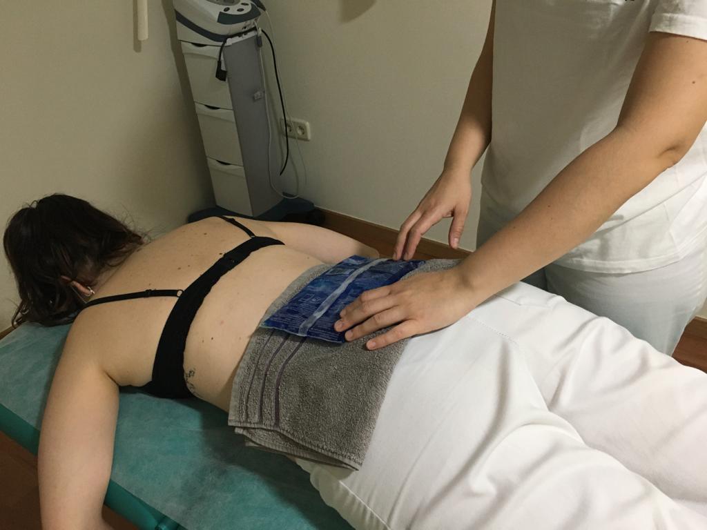 Terapia aplicando hielo en zona lumbar