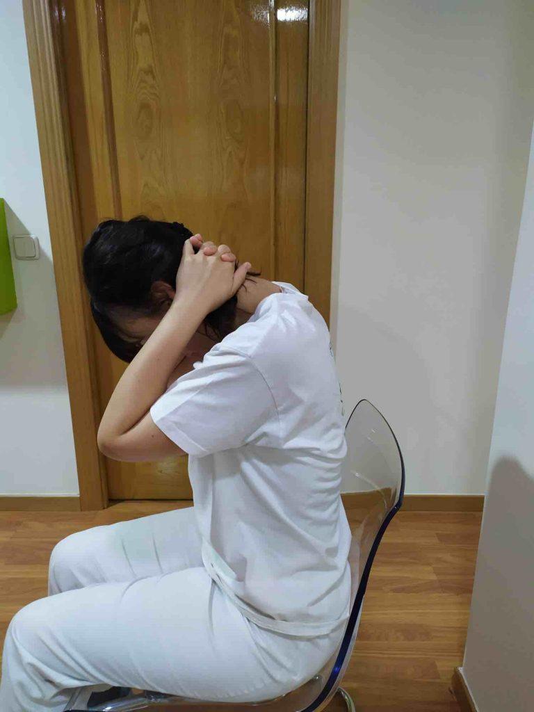 Flexión cervical sentados en una silla