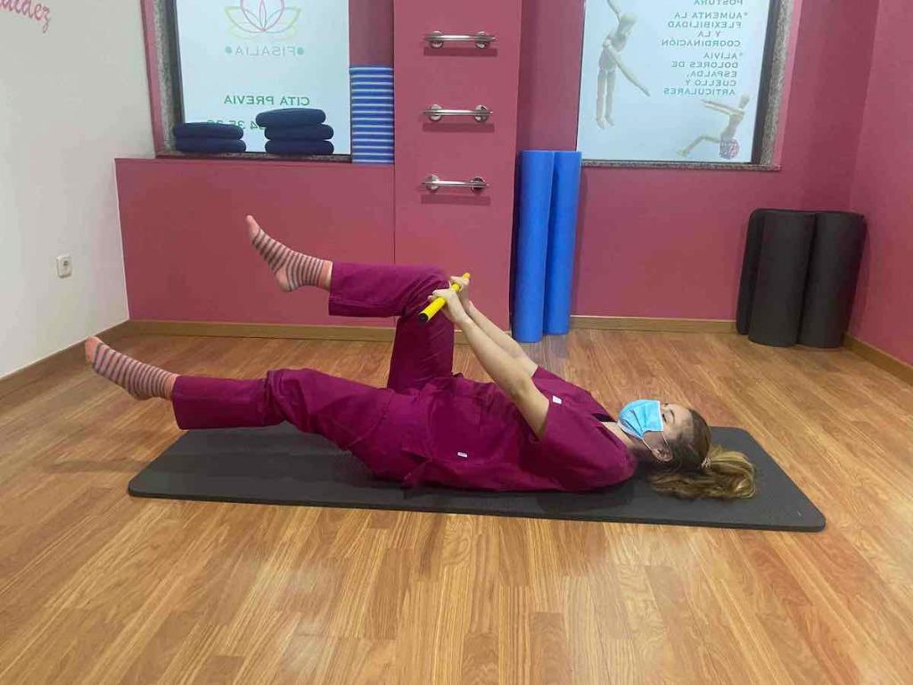 Apoyamos la pica sobre las rodillas en posición tumbados boca arriba con la rodilla flexionada